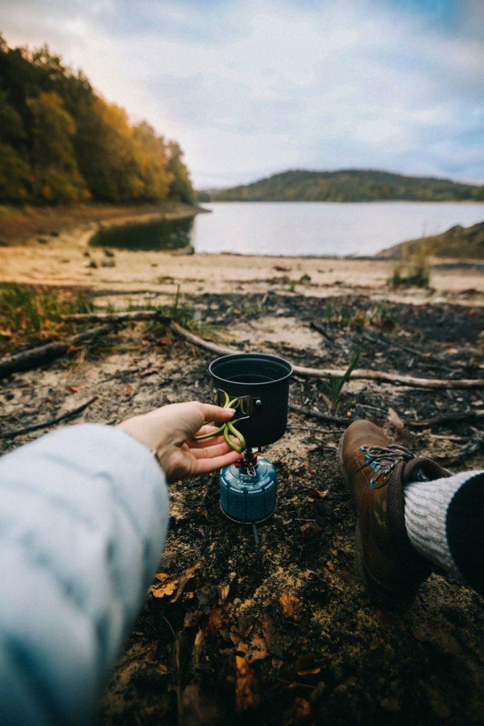 Cuisiner avec un réchaud lors d'un bivouac. crédit photo : Clara Ferrand - blog Wildroad