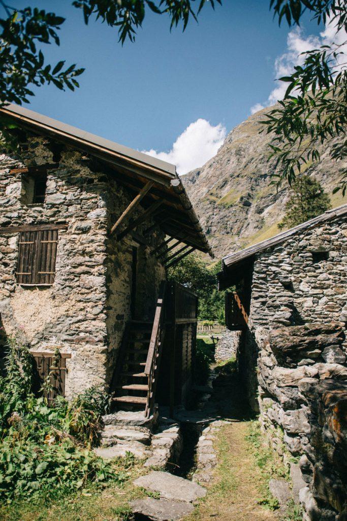 Le hameau du Laisonnay d'en bas au départ de la randonnée du tour de la Vallaisonnay. crédit photo : Clara Ferrand - blog WIldroad