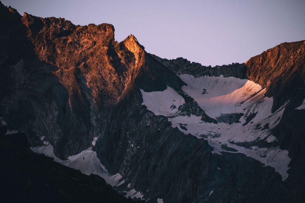 Lever de soleil sur le glacier de la Glière et de la Grande Casse dans le parc de la Vanoise. crédit photo : Clara Ferrand - blog Wildroad