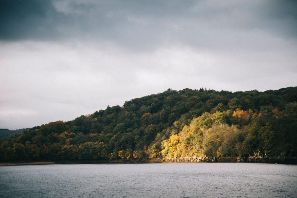 Les paysages de grands lacs du Morvan avec le lac du Crescent à l'automne. crédit photo : Clara Ferrand - blog Wildroad