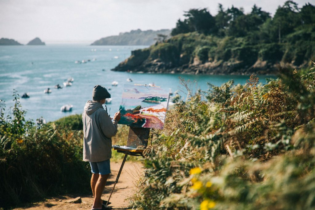 Un peintre à la pointe du Grouin en Bretagne. crédit photo : Clara Ferrand - blog Wildroad