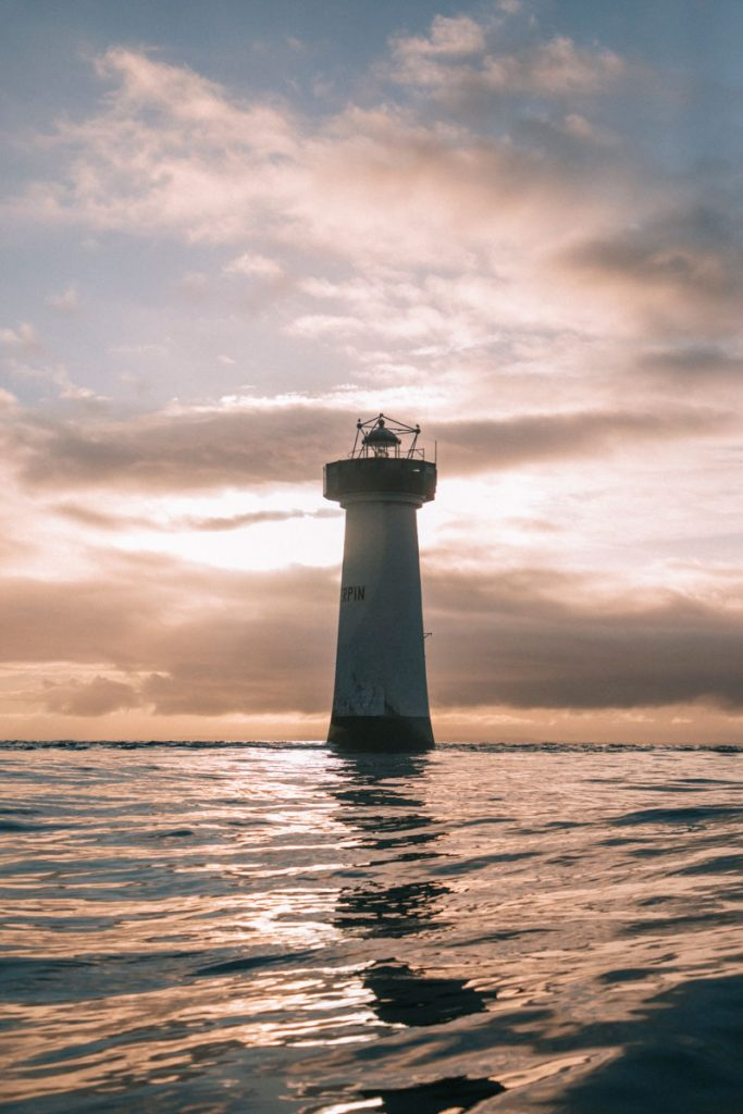 Le phare de la pointe du Grouin dans la baie du Mont-Saint-Michel. crédit photo : Clara Ferrand - blog Wildroad
