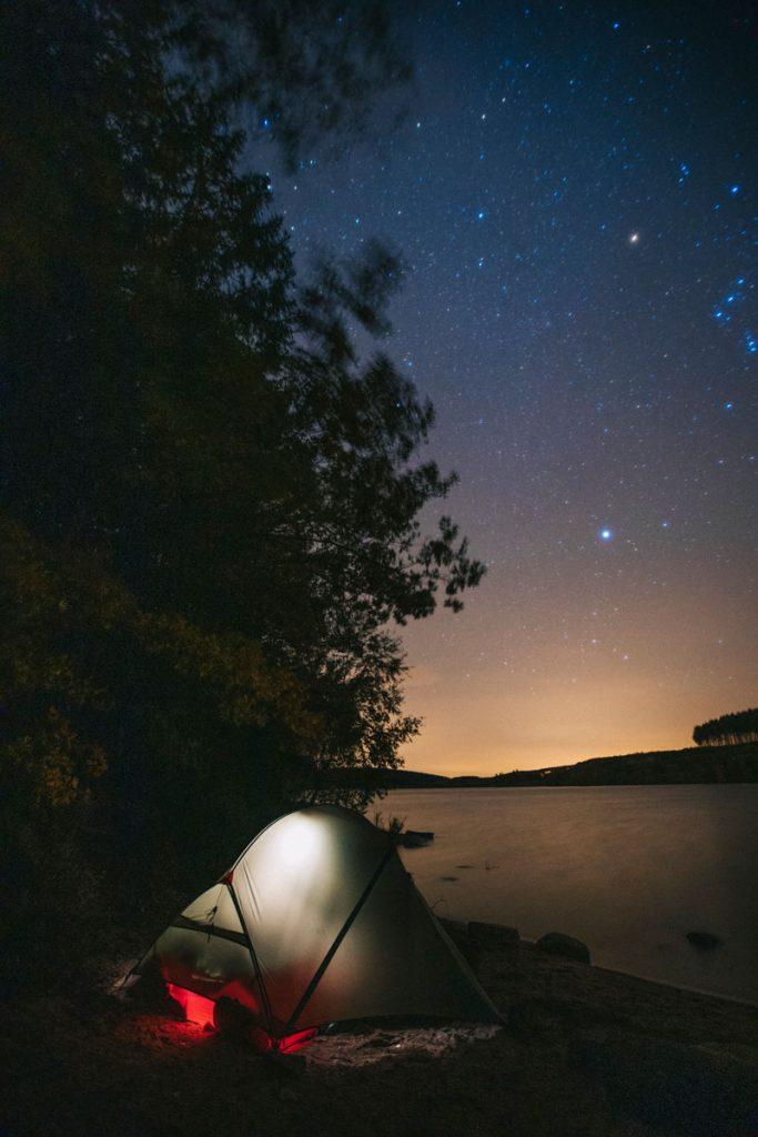 Photo de nuit lors d'une bivouac autour du lac de Saint Agnan. crédit photo : Clara Ferrand - blog Wildroad