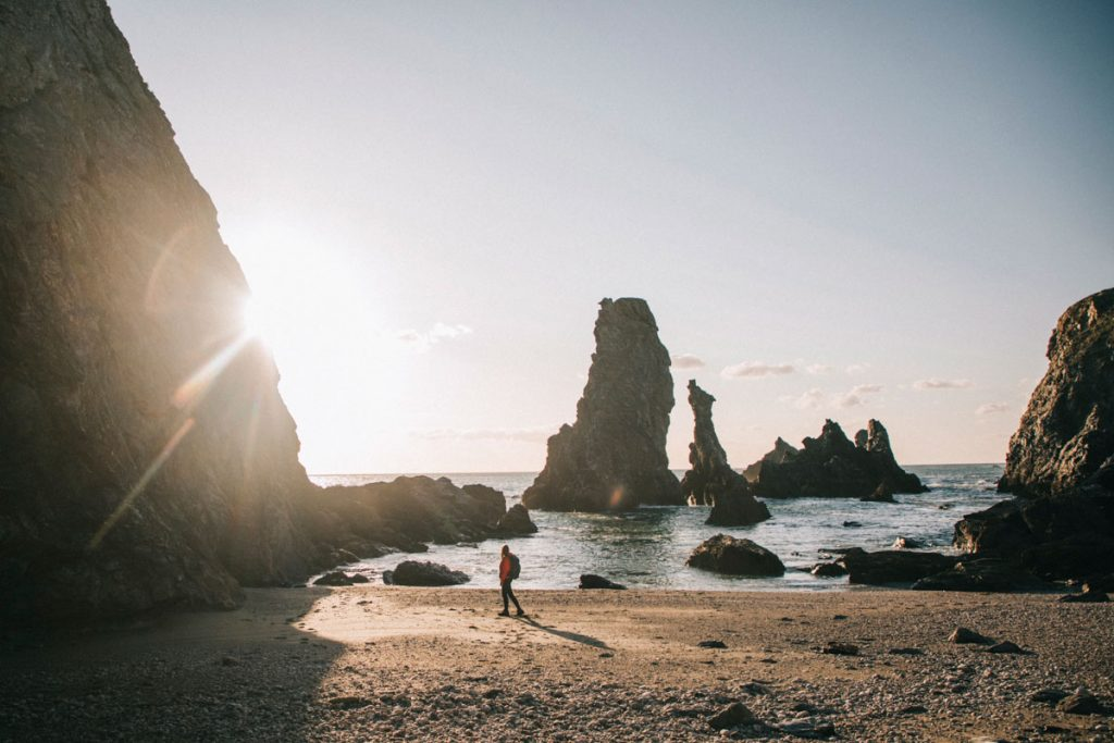 Les aiguilles de port Coton depuis la plage. crédit photo : Clara Ferrand - blog Wildroad