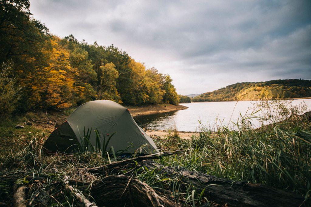 Les lieux où il est possible de camper dans le Morvan. La liste des grands lacs où le bivouac est autorisé. crédit photo : Clara Ferrand - blog Wildroad.