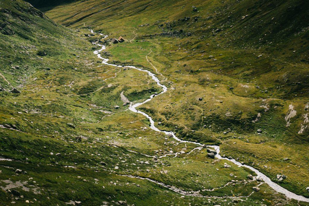 Le ruisseaux dans le cul du Nant avec le refuge de plaisance. crédit photo : Clara Ferrand - blog Wildroad