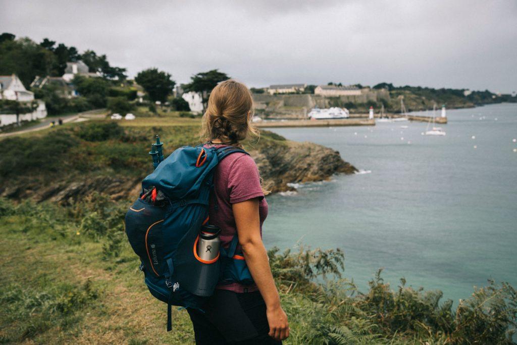 Arrivée au Palais à la fin du sentier côtier de Belle-Île-en-mer. crédit photo : Clara Ferrand - blog Wildroad