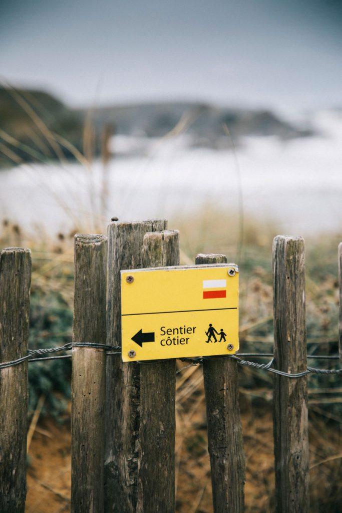 Le sentier côtier dans les dunes de la plage du Donnant. crédit photo : Clara Ferrand - blog Wildroad
