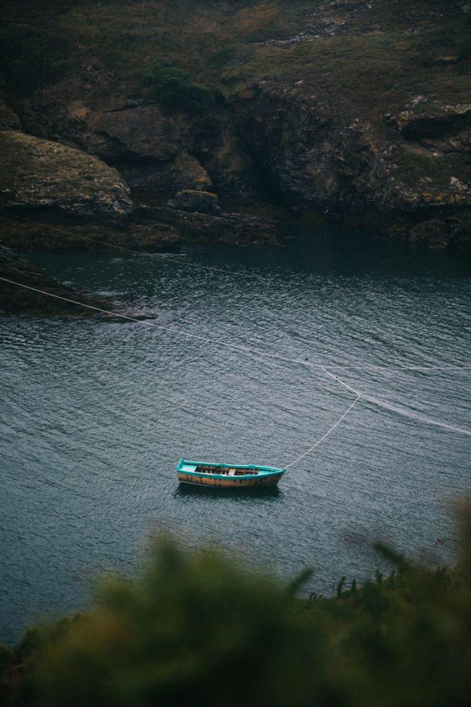 Une barque sur le sentier côtier de Belle-Île-en-mer. crédit photo : Clara Ferrand - blog Wildroad