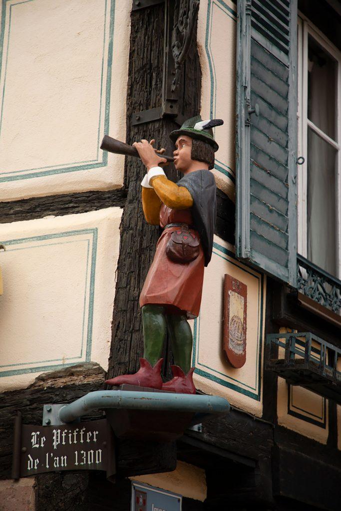 Un ménétriers dans les rues de Ribeauvillé en Alsace. crédit photo : Clara Ferrand - blog WIldroad