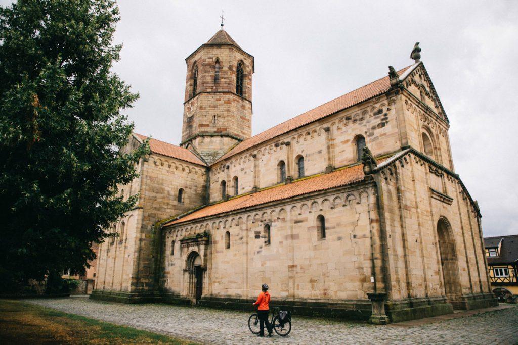 L'église romane sur la route des vin à vélo à Rosheim. crédit photo : Clara Ferrand - blog Wildroad