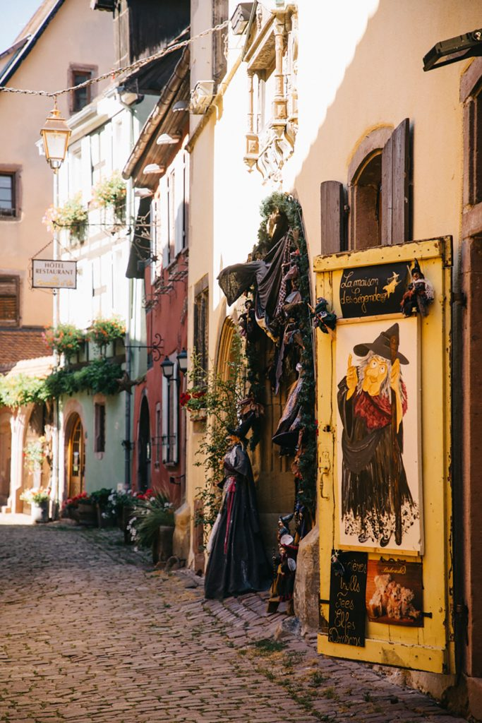 Les petites magasins dans le centre-ville de Riquewihr. crédit photo : Clara Ferrand - blog Wildroad