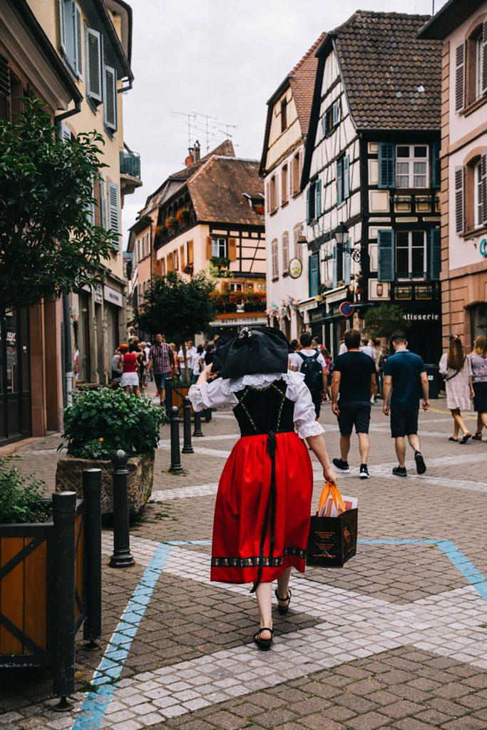 Le costume traditionel alsacien dans les rues de Ribeauvillé. crédit photo : Clara Ferrand - blog Wildroad