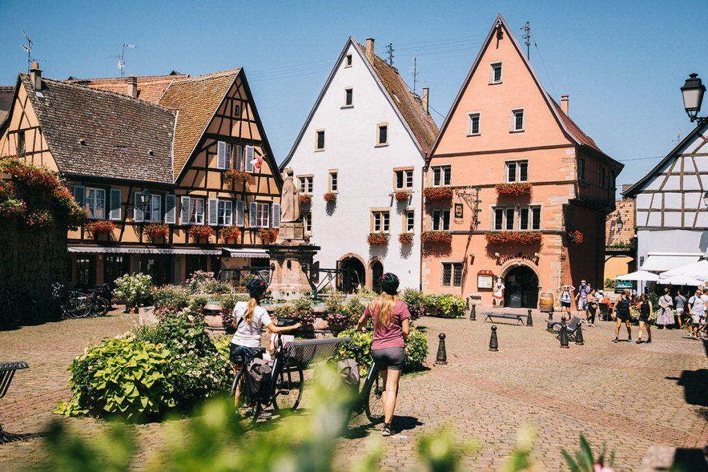 L'itinéraire à vélo traverse des villages alsaciens de charme comme Eguisheim. crédit photo : Clara Ferrand - blog Wildroad