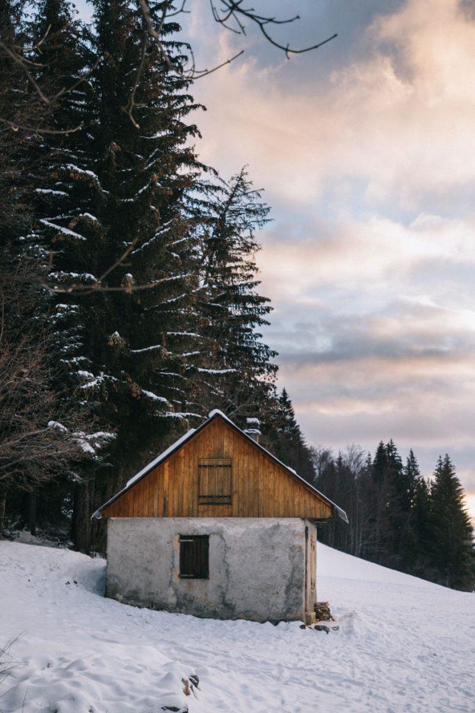 La cabane non-gardée des ravines au col du granier. crédit photo : Clara Ferrand - blog WIldroad