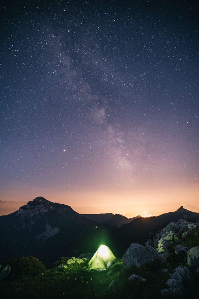 Bivouac au sommet du Charmant som avec l'agglomération de Grenoble derrière. crédit photo : Clara Ferrand -blog Wildroad