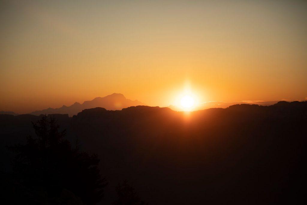 Lever de soleil sur le massif du mont bLanc depuis la Chartreuse. crédit photo : Clara Ferrand - blog Wildroad