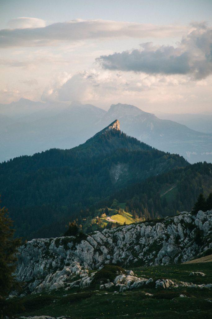 Le sommet de la Pinéa depuis la randonnée au commet du Charmant Som dans la chartreuse. crédit photo : Clara Ferrand - blog Wildroad