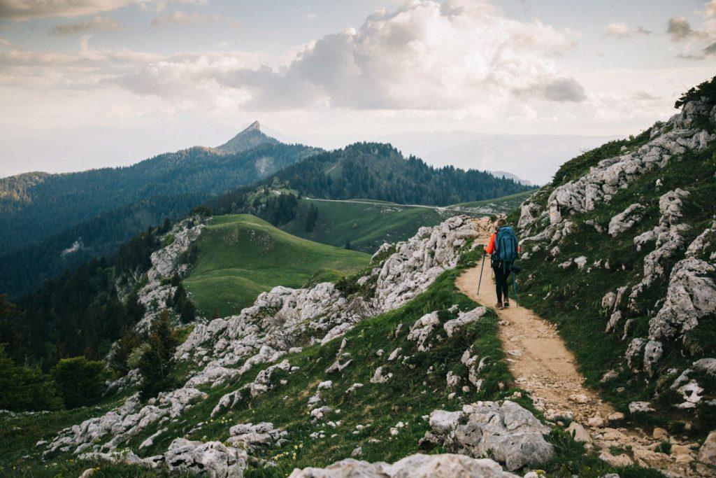 Le sentier de randonnée depuis l'auberge du Charmant Som. crédit photo : Clara Ferrand - blog Wildroad
