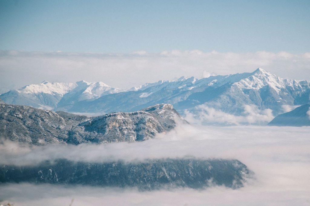 le panorama sur les Bauges et les Belledonnes depuis le col du Granier. Crédit photo : Clara Ferrand - blog WIldroad
