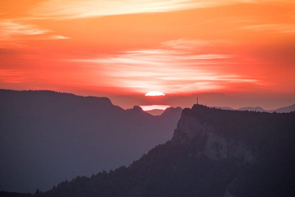 Coucher de soleil sur La Croix du Nivolet et la dent du Chat. crédit photo : Clara Ferrand - blog Wildroad