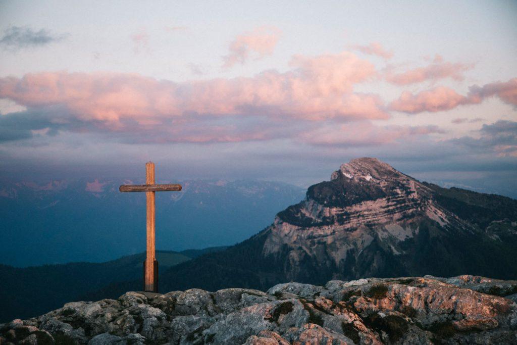 La Croix du sommet du charmant Som avec Chamechaude. crédit photo : Clara Ferrand - blog Wildroad
