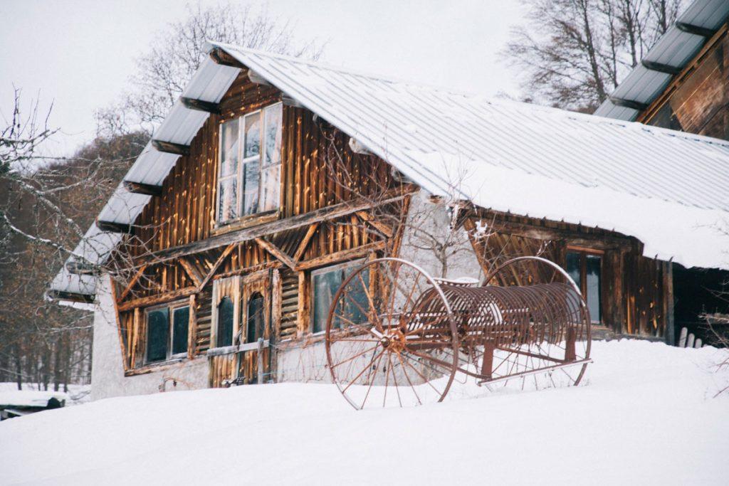 Les granges de Joigny en hiver en Chartreuse.  crédit photo : Clara Ferrand - blog Wildroad