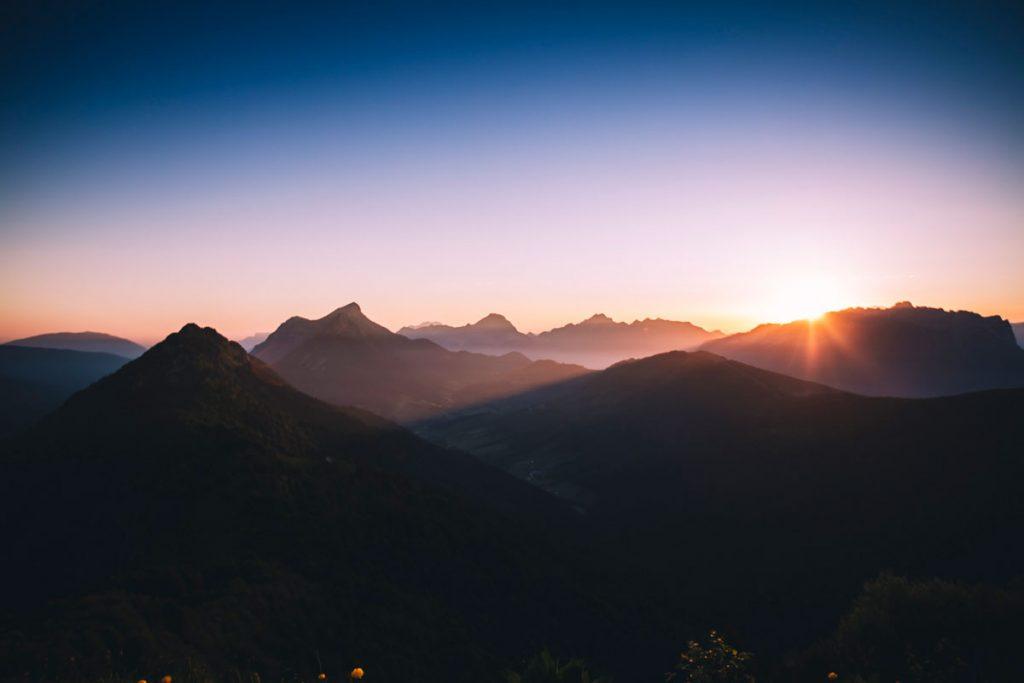 Lever de soleil sur les sommets des Bauges en Savoie et Hautes Savoie. crédit photo : Clara Ferrand - blog Wildroad