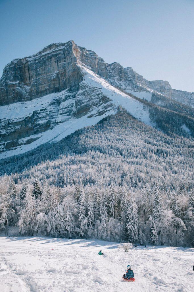 Descente en luge au col du granier, une activité hivernale  ludique pour les enfants. crédit photo : Clara Ferrand - blog Wildroad