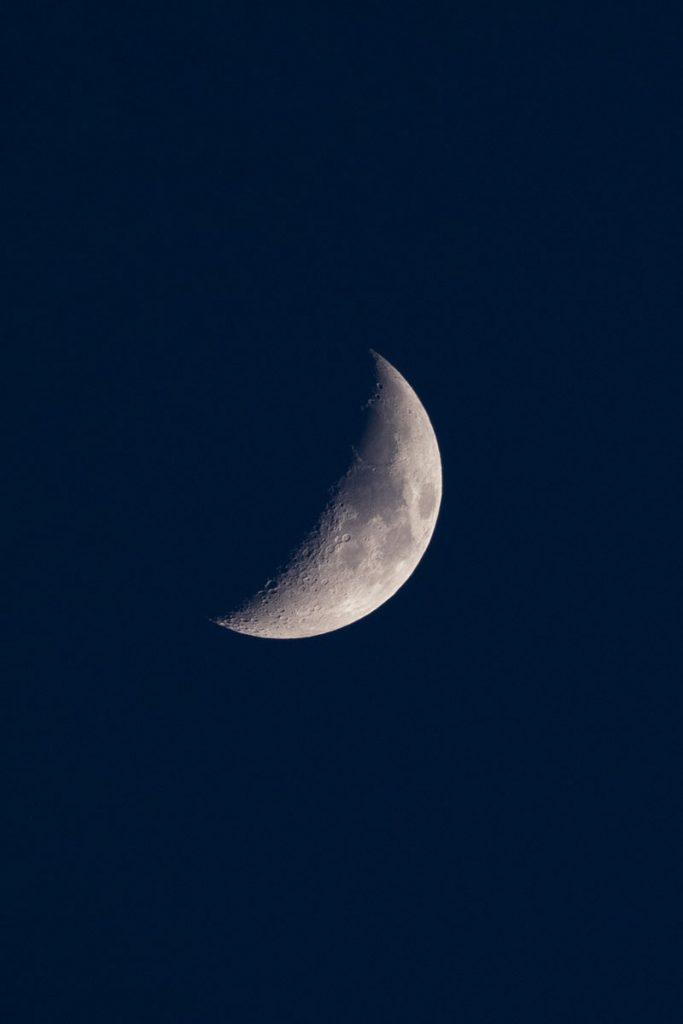 La lune au téléobjectif depuis notre bivouac dans les Bauges. crédit photo : Clara Ferrand - blog Wildroad