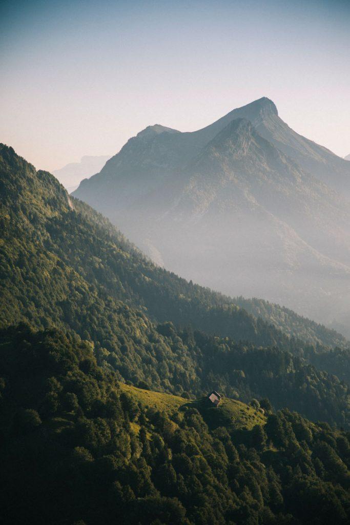 Randonnée facile en Savoie dans le massif des Bauges. crédit photo : Clara Ferrand - blog Wildroad