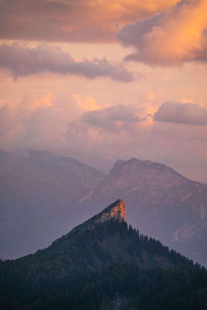 Coucher de soleil sur le sommet de la Pinéa depuis le Charmant Som. crédit photo: Clara Ferrand - blog Wildroad