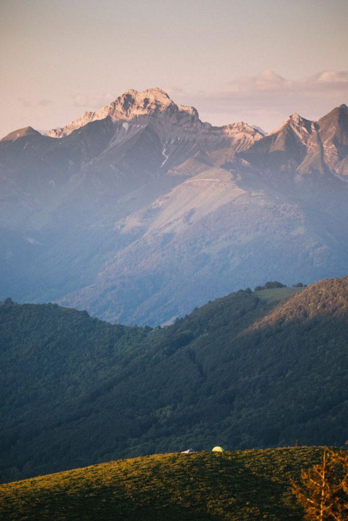 Mon équipement pour un bivouac printanier dans le parc naturel régional du massif des Bauges. crédit photo : Clara Ferrand - blo gWildroad
