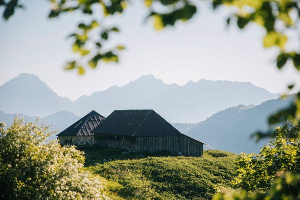 Les Chalets de la Buffas avec le panorama sur la pointe de l'Arcalod . crédit photo : Clara Ferrand - blog Wildroad