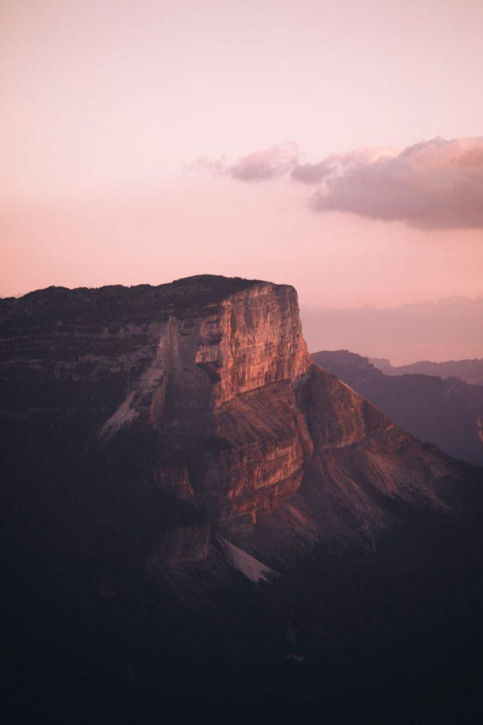 Coucher de soleil sur le sommet du Granier dans le massif de la Chartreuse. crédit photo : Clara Ferrand - blog Wildroad