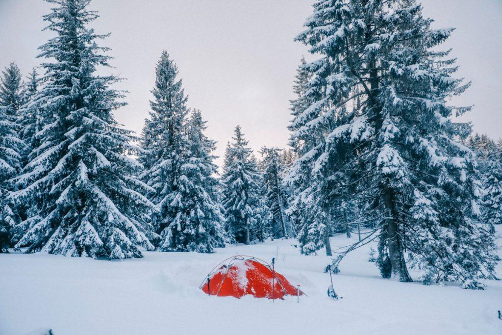Comment se préparer à un bivouac hivernal dans la neige. crédit photo : Clara Ferrand - blog Wildroad
