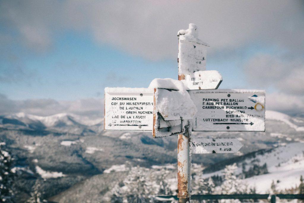 Sentier de randonnée balisé autour du Petit Ballon pour une randonnée en hiver. crédit photo : Clara Ferrand - blog Wildroad