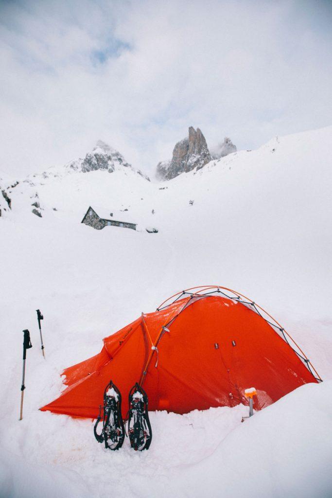 Bivouac au pied des aiguilles d'Ansabère dans les Pyrénées en hiver. crédit photo : Clara Ferrand - blog Wildroad