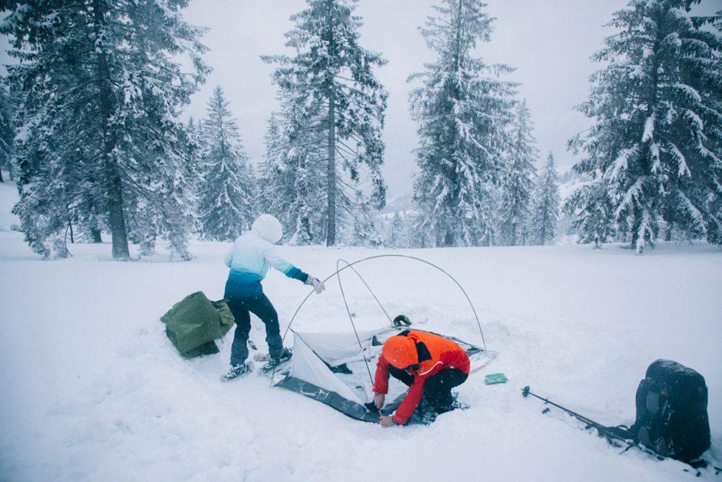 Montage du campement dans la neige dans le massif des Vosges. crédit photo : Clara Ferrand - blog Wildroad