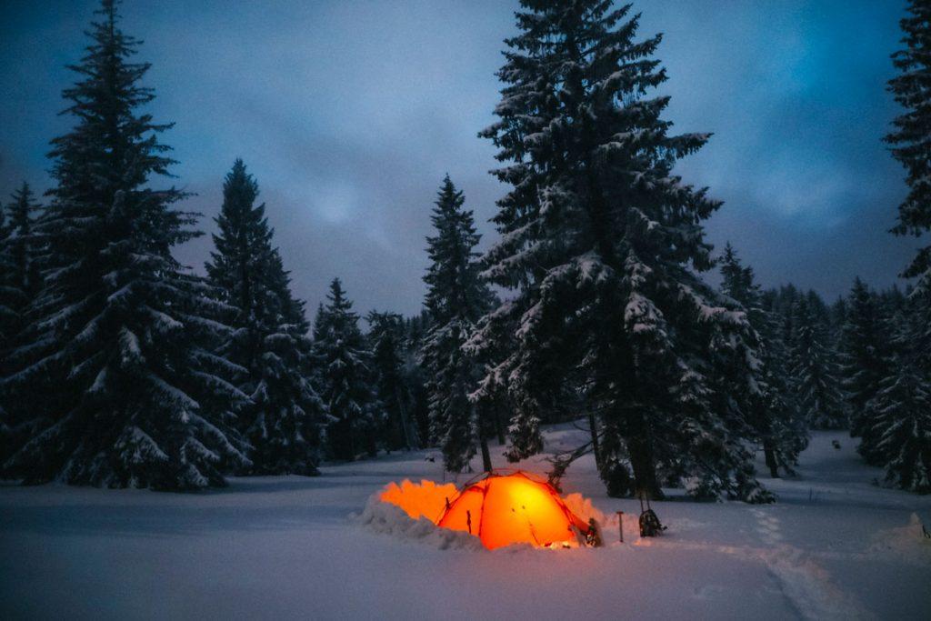 Bivouac hivernal au pied du Petit Ballon dans le massif des Vosges. crédit photo : Clara Ferrand - blog Wildroad