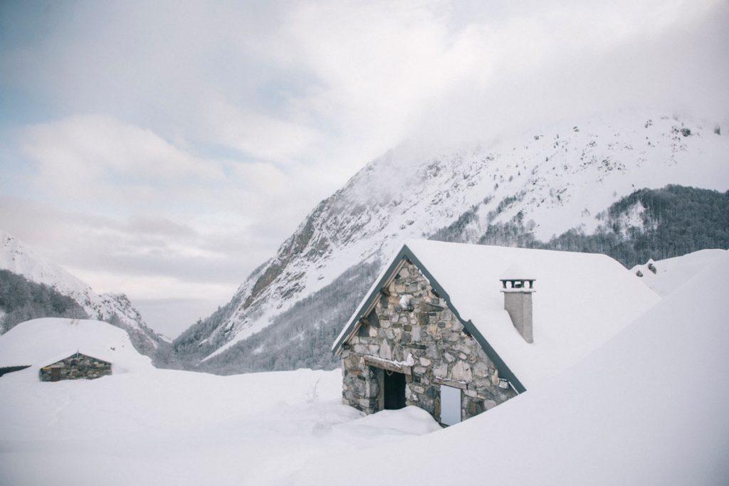 les cabanes d'Ansabère dans les Pyrénées sous la neige. crédit photo : Clara Ferrand - blog Wildroad