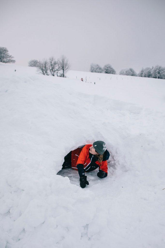 La construction d'un igloo ou d'un abris à neige dans le massif des Vosges. crédit photo : Clara Ferrand - blog Wildroad
