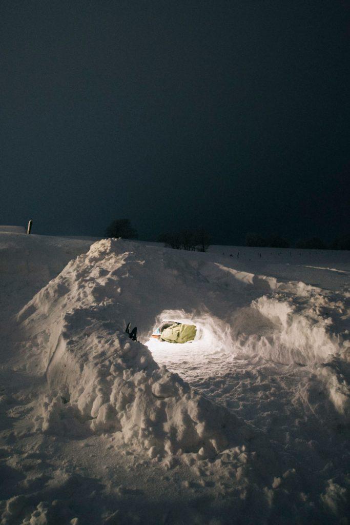 Coustruir un abri sous neige pour passer la nuit dedans. crédit photo : Clara Ferrand - blog Wildroad