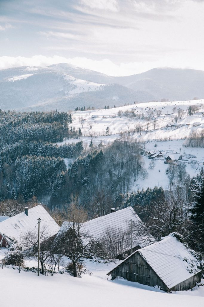 Départ en randonnée raquette depuis le village de Hilsen en Alsace. crédit photo : Clara Ferrand - blog Wildroad