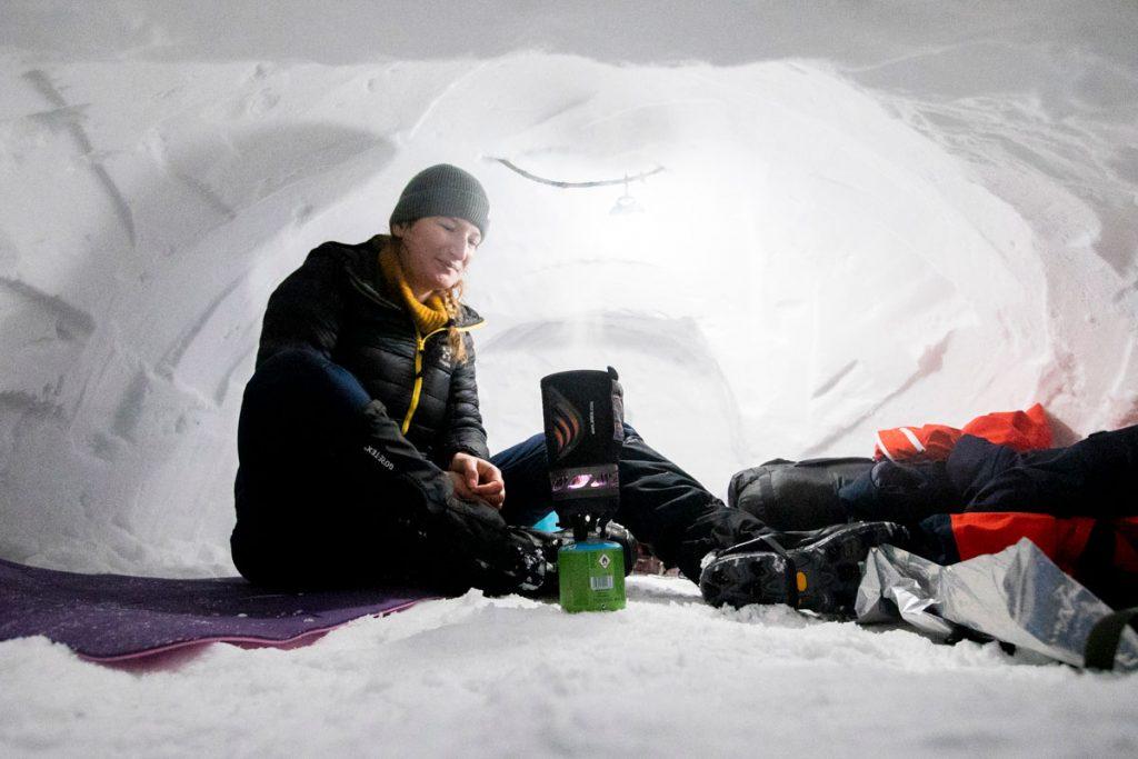 Dormir dans un abri à neige : construction et conseil pour passer une nuit au chaud. crédit photo : Clara Ferrand - blog Wildroad