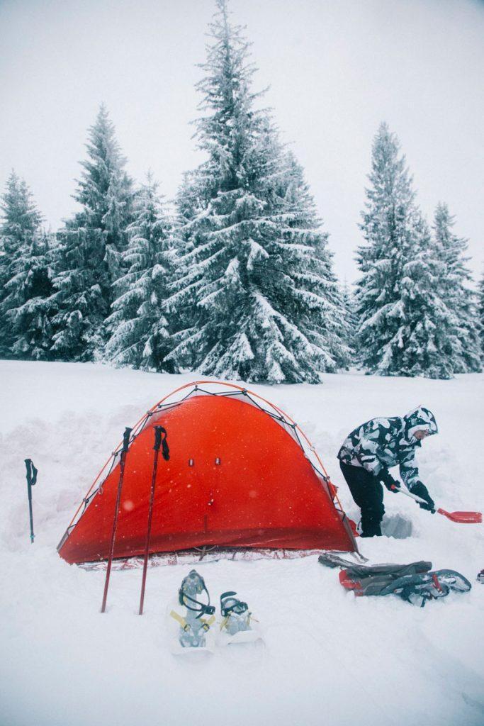Préparer son campement pour faire un bivouac dans la neige. crédit photo : Clara Ferrand - blog Wildroad