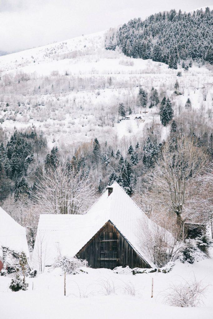 Le hameau de Hilsen au coeurs du massif des Vosges en hiver en Alsace. crédit photo : Clara Ferrand - blog Wildroad