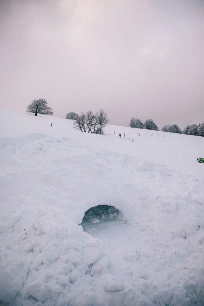 Atelier construction 'igloo avec un guide dans le massif des Vosges. crédit photo : Clara Ferrand - blog Wildroad