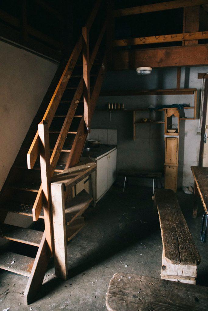 L'intérieur de la cabanes des privés d'amour en dessous dans aiguilles d'Ansabère. crédit photo : Clara Ferrand - blog Wildroad
