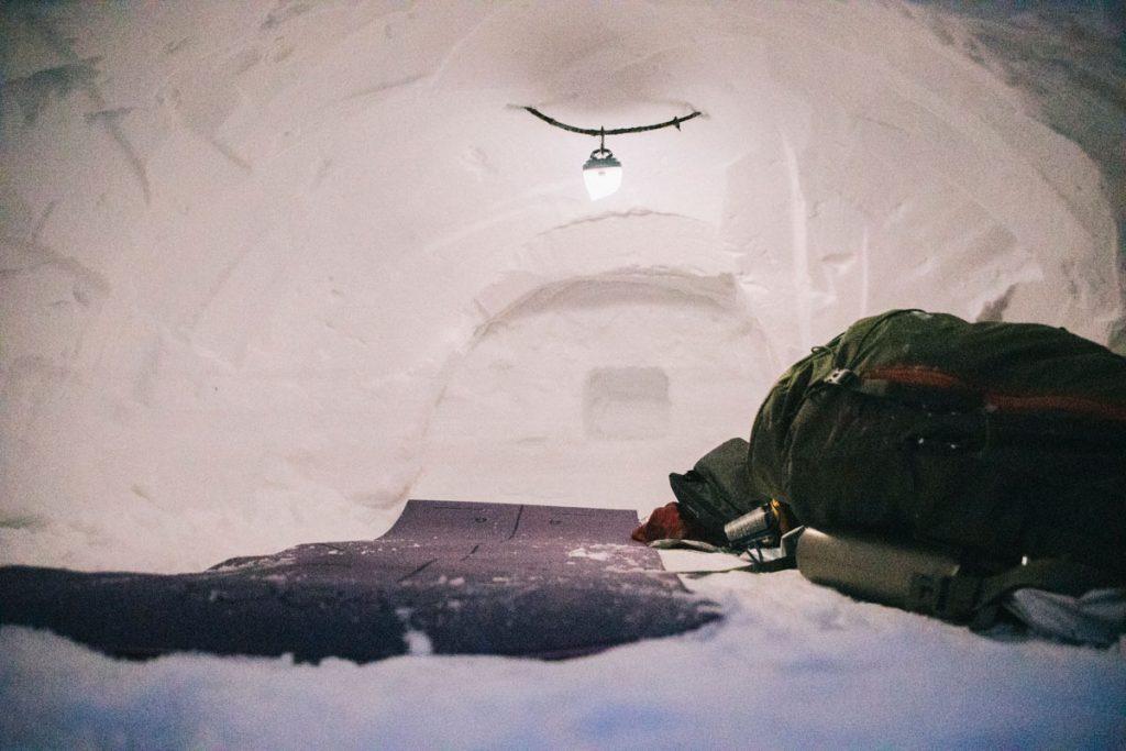 L'intérieur d'un igloo pour dormir dedans dans le massif des Vosges. crédit photo : Clara Ferrand - blog Wildroad